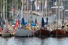 STOCKHOLM - JUNI, 29: Sailingboats in haven in Stockholm vóór t Stock Foto's