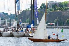 STOCKHOLM - JUNI, 29: Sailingboats i port i Stockholm för t Arkivbild