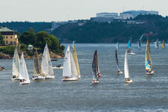 STOCKHOLM - JUNI, 29: Segelbåtar som springer till Sandhamn, Stockholm är Royaltyfri Foto
