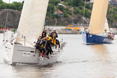STOCKHOLM - JUNI, 30: Segelboot 4TYONE nah an Ufer mit Mannschaft a Lizenzfreie Stockfotografie