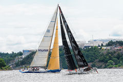 STOCKHOLM - JUNI, 30: Zeilboot HUGO BOSS in een faceoff met sailb stock fotografie