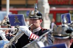 """Stockholm - Musiker mit """"französischem Horn"""" der königlichen Militärkapelle Lizenzfreie Stockbilder"""