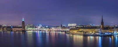 Stockholm, Rathaus-Panorama nachts. Lizenzfreie Stockfotos