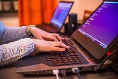 Stockholm, Schweden: Am 21. Februar 2017 - weibliches Programmierer worki Lizenzfreie Stockfotos