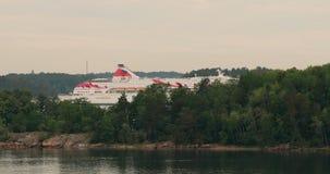 Stockholm, Schweden - 11. Juni 2019: Touristische Schiff Fähre Boot Silja Line Liner Floating Near Islands Hafen in stock video