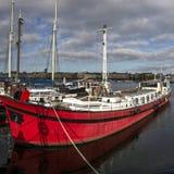 Stockholm, Schweden - 15. Oktober 2016 Frachtschiff auf dem Pier von Skeppsholmen-Insel in Stockholm lizenzfreies stockbild