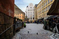 Stockholm, Schweden, Touristen, die auf Stortorget stillstehen stockfotos