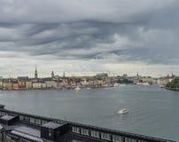 STOCKHOLM, SCHWEDEN - 09, 2017: Vogelperspektivemeer und alte Stadt in Sto Stockfotografie