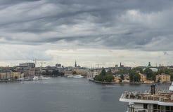 STOCKHOLM, SCHWEDEN - 09, 2017: Vogelperspektivemeer und alte Stadt in Sto Lizenzfreie Stockbilder