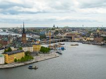 Stockholm Schweden Wunderbares Luftpanorama von der Aussichtsplattform auf einer modernen Stadt und einem Gamla Stan stockbild