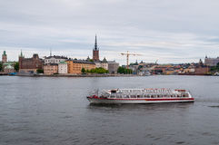 Stockholm sightfartyg med Cityscape i bakgrund i moln Arkivbilder