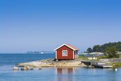 Stockholm skärgård: liten röd summerhouse Arkivfoton