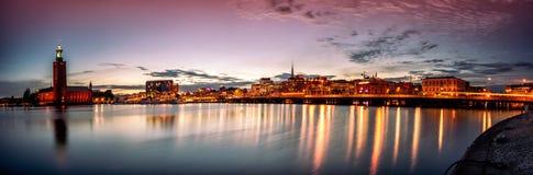 Stockholm-Sonnenuntergangskylinepanorama mit Rathaus Stockfotografie