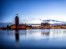 Stockholm-Sonnenuntergangskylinepanorama mit Rathaus Stockbild