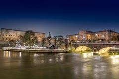 Stockholm stad vid natt, Royal Palace och Parlament Fotografering för Bildbyråer