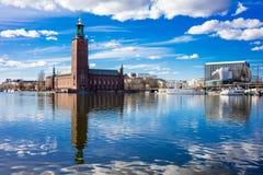 Stockholm stadshus med reflexion Arkivfoton