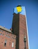 Stockholm stadshus och vapensköld av Stockholm Arkivbild