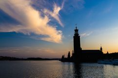 Stockholm-Stadt-Hall Stadshuset-Turm bei Sonnenuntergang, Dämmerung, Schweden lizenzfreie stockfotografie