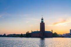 Stockholm-Stadt-Hall Stadshuset-Turm bei Sonnenuntergang, Dämmerung, Schweden stockfotografie