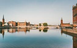 Stockholm-Stadtansicht-Wasserreflexion touristisch lizenzfreie stockfotos