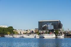 Stockholm strandbyggnad och förtöjde passengerboats Arkivfoto