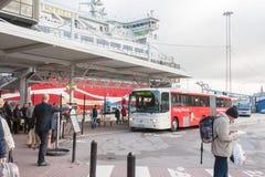 STOCKHOLM, SUÈDE - 26 OCTOBRE : l'autobus de passager attend des personnes sur l'atterrissage à la LIGNE terminal, SUÈDE - 26 oct Images libres de droits