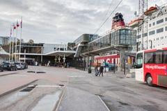 STOCKHOLM, SUÈDE - 26 OCTOBRE : l'autobus de passager attend des personnes sur l'atterrissage à la LIGNE terminal, SUÈDE - 26 oct Photos stock