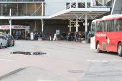 STOCKHOLM, SUÈDE - 26 OCTOBRE : l'autobus de passager attend des personnes sur l'atterrissage à la LIGNE terminal, SUÈDE - 26 oct Photographie stock