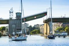 Stockholm, Suède : Ouverture de attente de pont de Sailingboats photographie stock libre de droits