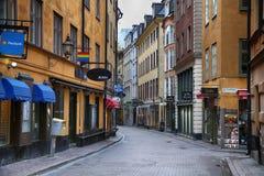 STOCKHOLM SVERIGE - AUGUSTI 20, 2016: Sikt av den smala gatan och c Arkivbild