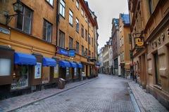STOCKHOLM SVERIGE - AUGUSTI 20, 2016: Sikt av den smala gatan och c Royaltyfria Foton