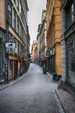 STOCKHOLM SVERIGE - AUGUSTI 20, 2016: Sikt av den smala gatan och c Arkivfoto