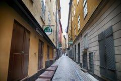 STOCKHOLM SVERIGE - AUGUSTI 20, 2016: Sikt av den smala gatan och c Arkivbilder