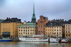 STOCKHOLM SVERIGE - AUGUSTI 20, 2016: Sikt av Gamla Stan från bri Royaltyfria Bilder