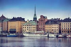 STOCKHOLM SVERIGE - AUGUSTI 20, 2016: Sikt av Gamla Stan från bri Royaltyfri Foto