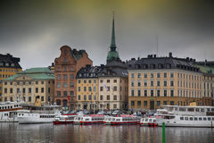 STOCKHOLM SVERIGE - AUGUSTI 20, 2016: Sikt av Gamla Stan från bri Royaltyfri Bild