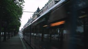 Stockholm Sverige En spårvagn reser längs gatan med bilar arkivfilmer