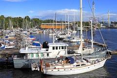 Stockholm Sverige - fartyg som ansluter vid den Djurgarden ön Royaltyfria Foton