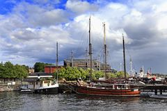 Stockholm Sverige - fartyg som ansluter vid den Djurgarden ön med Arkivfoton