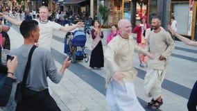 Stockholm Sverige, Juli 2018: En grupp av den lyckliga den hareKrishnas dansen och allsången i mitten av Stockholm lager videofilmer