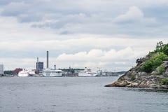 STOCKHOLM SVERIGE - JULI 12, 2017: Sikt över Frihamnen port i Stockholm, Sverige, med vänta för flera stort skepp Royaltyfri Fotografi