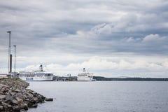 STOCKHOLM SVERIGE - JULI 12, 2017: Sikt över Frihamnen port i Stockholm, Sverige, med vänta för flera stort skepp Royaltyfri Foto