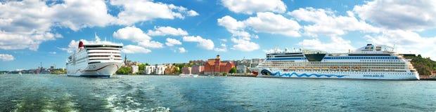 STOCKHOLM SVERIGE - JUNI 25: Sikt till Stockholm från sjösidan på Juni 25, 2016 i Sverige Två färjor är på fjärden nära Royaltyfria Foton