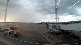 Stockholm Sverige - Juni 18, 2019 Timelapse video av flygplatsflyg som kommer och går i en molnig regnig dag lager videofilmer