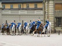 Stockholm/Sverige - Maj 16 2011: Ändra av vakten Ceremony med deltagandet av den kungliga vaktkavallerit och orkestern royaltyfria bilder