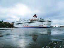 Stockholm/Sverige - Maj 15 2011: Viking Line kryssningskepp Cinderella med flaggan av Sverige som vänder och lämnar port av Stock royaltyfri foto