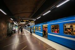 STOCKHOLM SVERIGE - 22nd av Maj, 2014 Passagerare för gångtunneldrev som tränger ihop för att få av och på stationsplattformnavet Arkivfoton