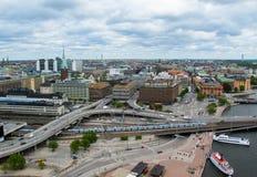 Stockholm/Sverige - 05 17 2011: Sikten från observationsdäcket av föreningspunkter för en modern stad och väg royaltyfri foto