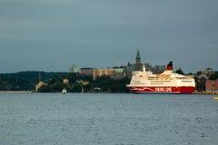STOCKHOLM SWEDEN-JUNE 23: Färjan Viking Line förtöjas på förtöja i staden av Stockholm Royaltyfria Foton