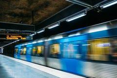 stockholm sweden Underjordisk gångtunnelstation för modern upplyst tunnelbana Arkivbild